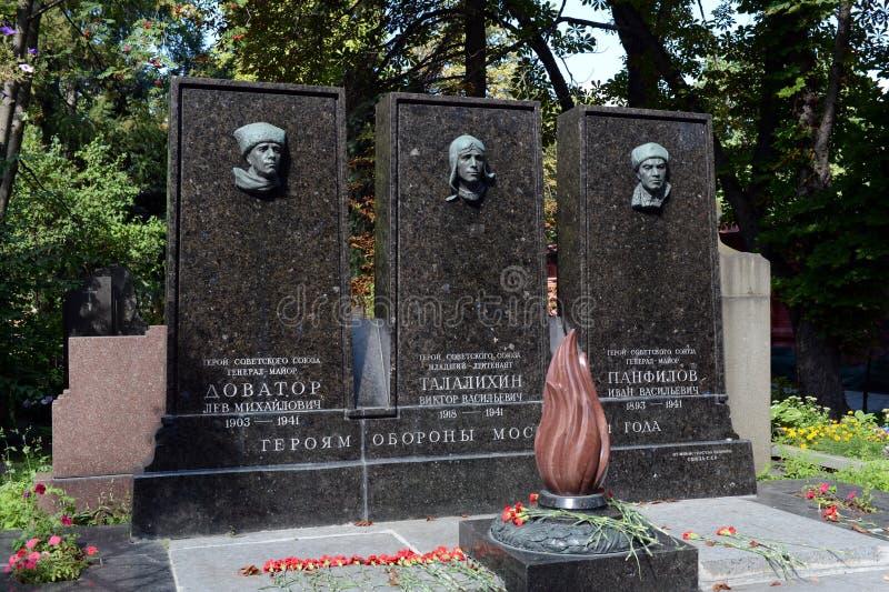 Tombe des héros de l'Union Soviétique Lev Dovator, Victor Talalikhin et Ivan Panfilov au cimetière de Novodevichy à Moscou photo stock
