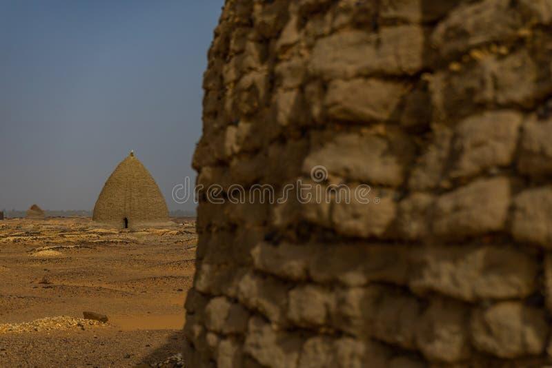 Tombe di vecchio cimitero di Dongola e tombe nel Nord del deserto sudanese immagine stock libera da diritti