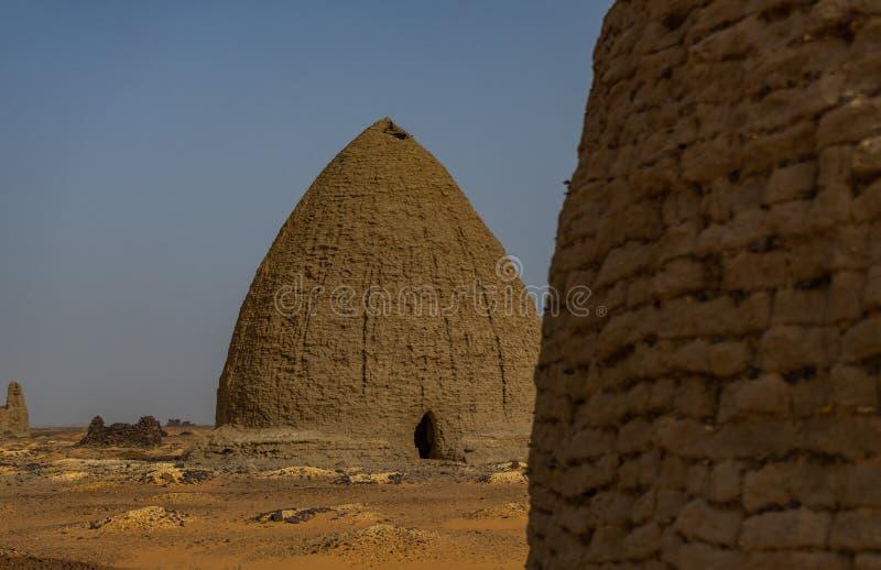 Tombe di vecchio cimitero di Dongola e tombe nel Nord del deserto sudanese fotografia stock libera da diritti