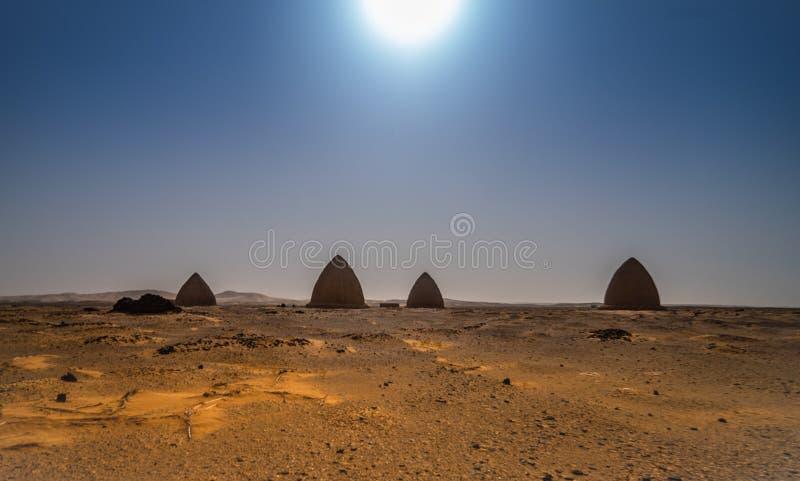 Tombe di vecchio cimitero di Dongola e tombe nel Nord del deserto sudanese fotografie stock libere da diritti
