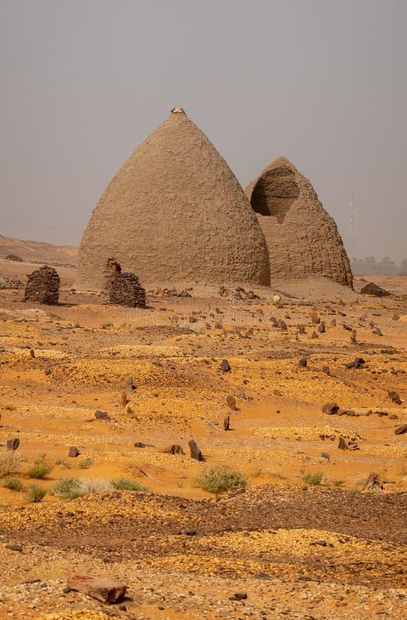 Tombe di vecchio cimitero di Dongola e tombe nel Nord del deserto sudanese immagine stock