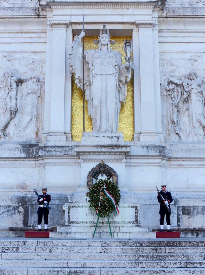 Tombe du soldat inconnu, sous la statue de la déesse Roma, Rome, Italie photo libre de droits