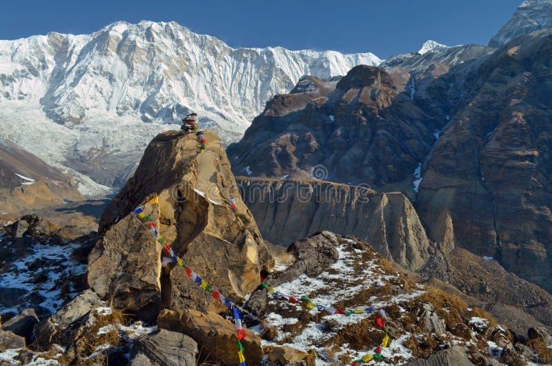 Tombe en pierre d'un grimpeur dans le camp de base d'Annapurna images stock