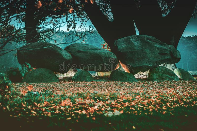 Tombe mégalithique antique fantasmagorique de dolmen ou de Hunebed de glace AG photo stock