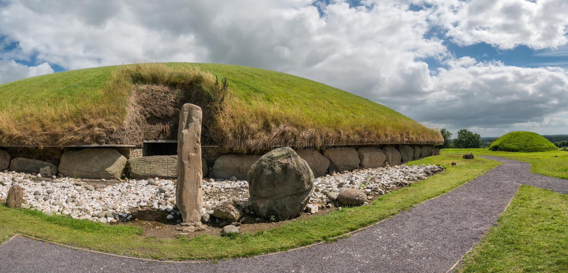 Tombe occidentale de passage de monticule néolithique de Knowth, Irlande photos stock