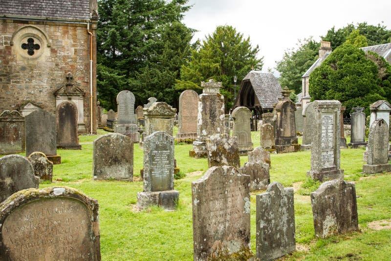 Tombe in un cimitero della chiesa immagini stock libere da diritti