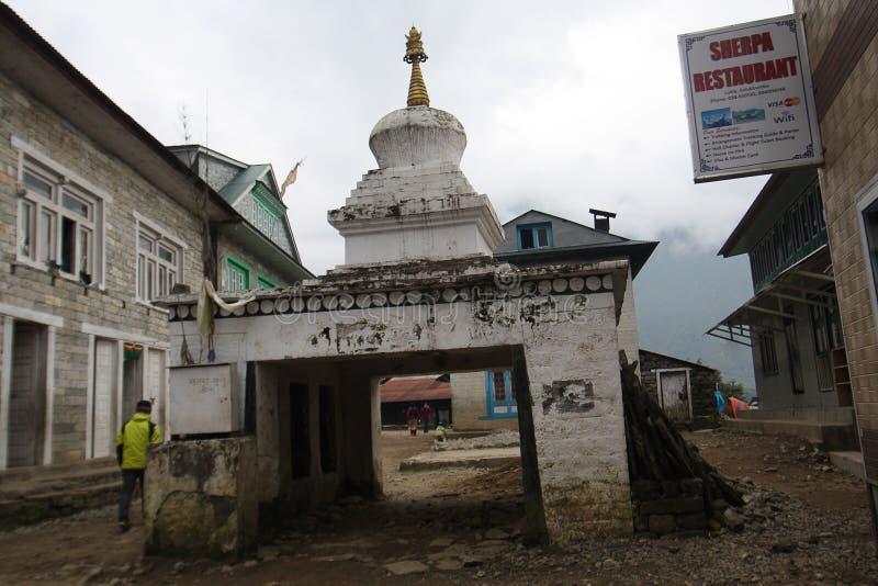 Tombeau bouddhiste ou Stupa avec des roues de prière à l'intérieur photographie stock