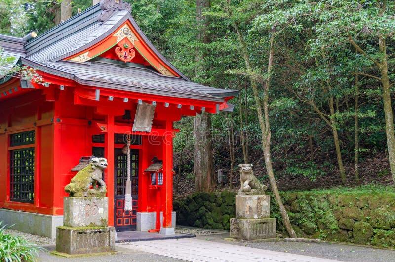 Tombeau de Soga Shinto entouré par les arbres verts images stock