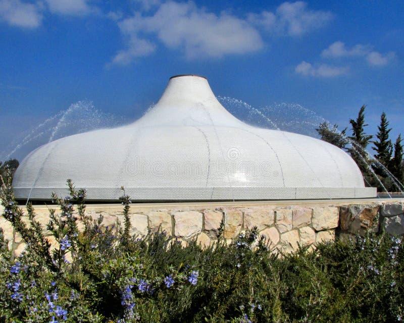 Tombeau du livre dans le toit carrelé blanc de Jérusalem avec les arroseuses de l'eau et le ciel bleu image libre de droits