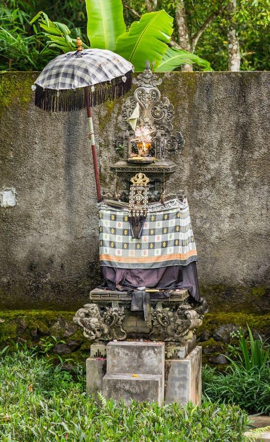Tombeau indou dans le jardin le long de la route dans Bedoegoel, Bali Indonésie photo libre de droits