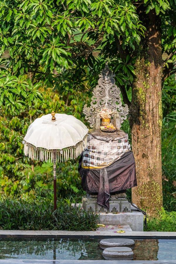 Tombeau indou derrière l'étang le long de la route dans Bedoegoel, Bali Indonésie images libres de droits