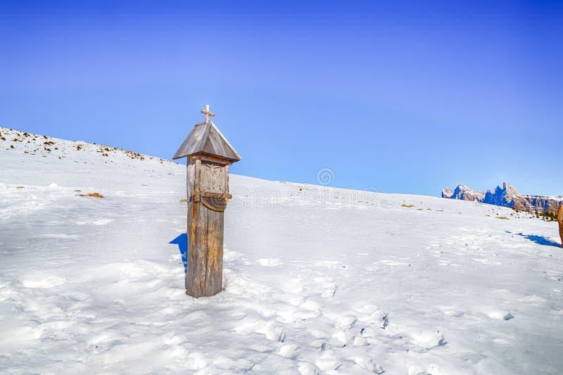 tombeau votif dans la neige photographie stock