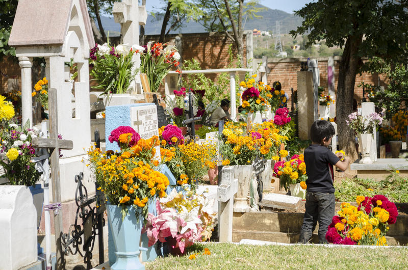 Tombes décorées des fleurs images stock
