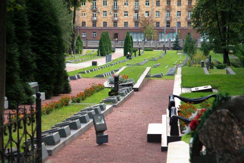 Tombes et bâtiment moderne à Grodno, Belarus photos stock