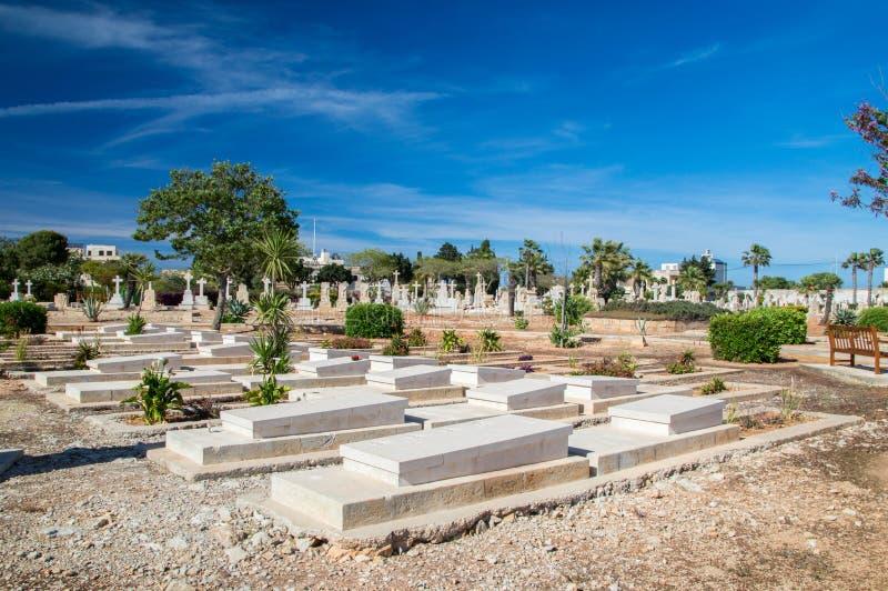 Tombes sur le cimetière naval de Kalkara photos stock