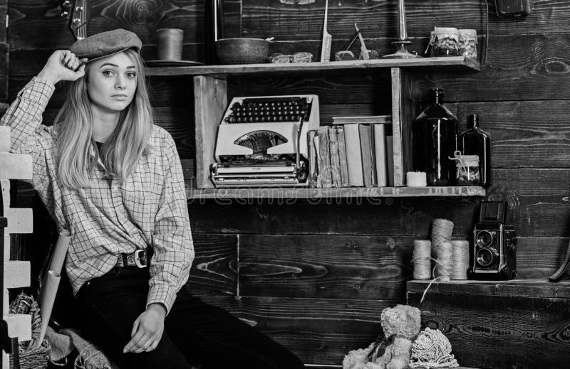 Tomboy poj?cie Dziewczyny tomboy wydaje czas w domu gajowy Dziewczyna w przypadkowym stroju z kepi w drewnianym roczniku fotografia stock
