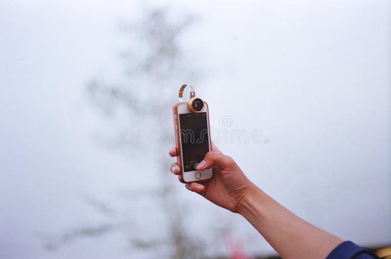 Tome el cuadro con el teléfono móvil imagen de archivo libre de regalías