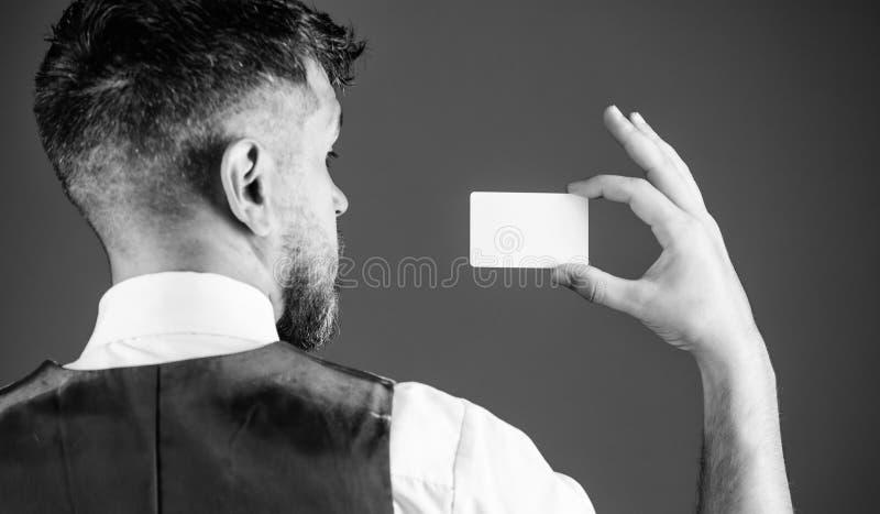 Tome este cartão Conceito da operação bancária e do crédito Cartão de banco plástico Crédito do dinheiro fácil Que cartão de créd fotografia de stock royalty free