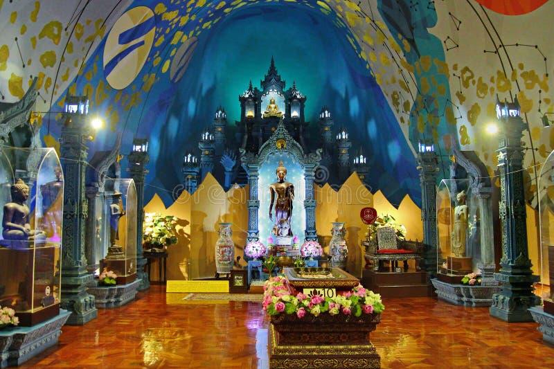 Tome a foto la imagen de Buda en paraíso dentro del elefante tres-dirigido en el museo de Erawan foto de archivo