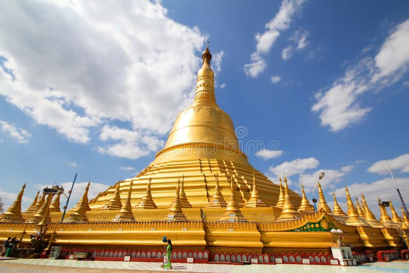 Tome a foto o pagode de Shwemawdaw, o pagode o mais alto em Myanmar, referido como o templo dourado do deus foto de stock royalty free