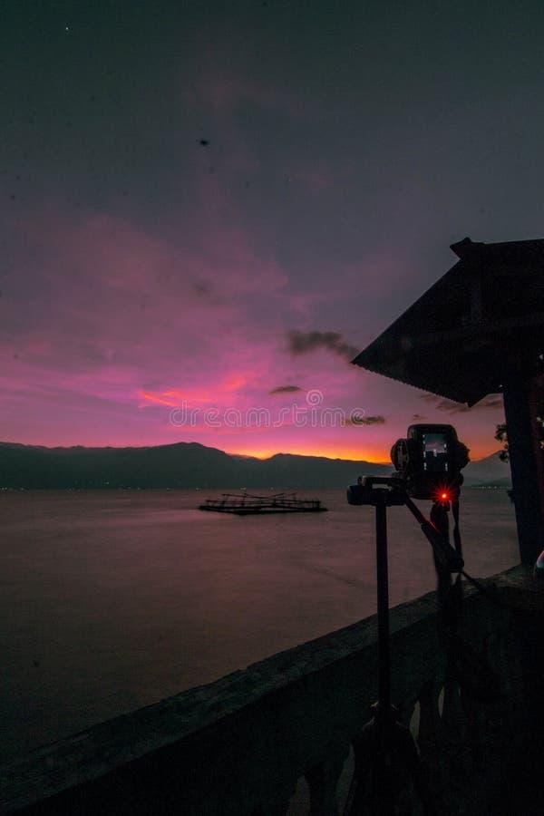 Tome imagens no lago Singkarak fotos de stock