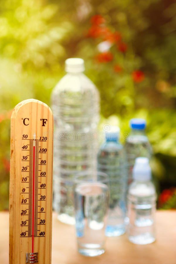 Tome la deshidratación del cuidado en días calientes foto de archivo