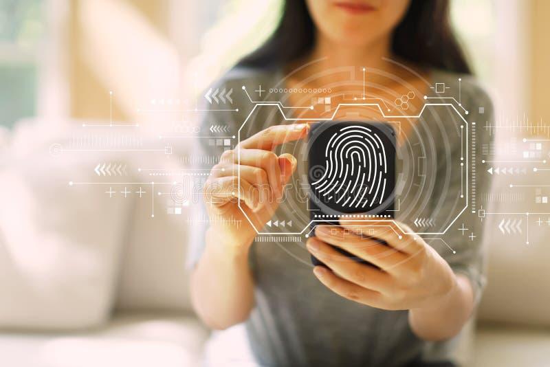 Tome las huellas dactilares el tema de la exploraci?n con la mujer que usa un smartphone imagen de archivo libre de regalías