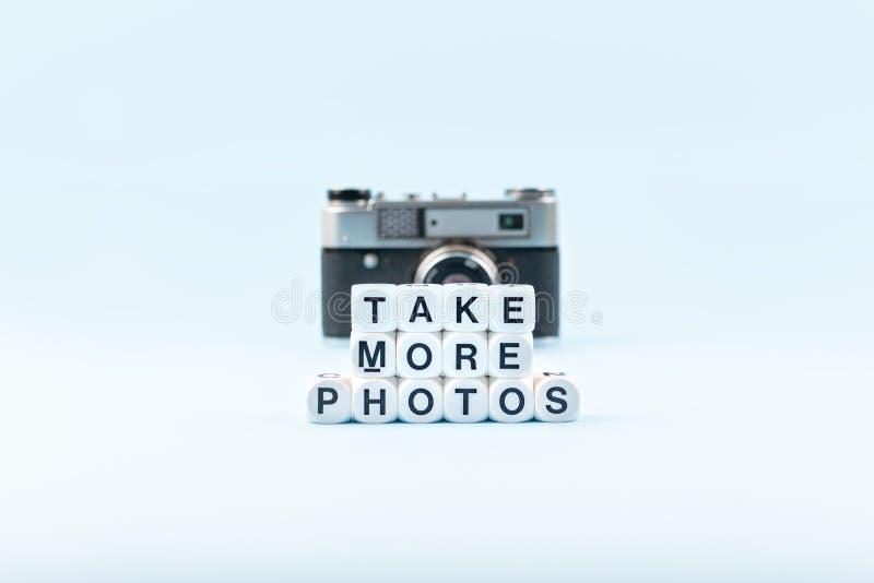 Tome más fotos mandan un SMS de los cubos blancos y de la cámara vieja de la película en el fondo en un fondo azul Escuela de la  imágenes de archivo libres de regalías
