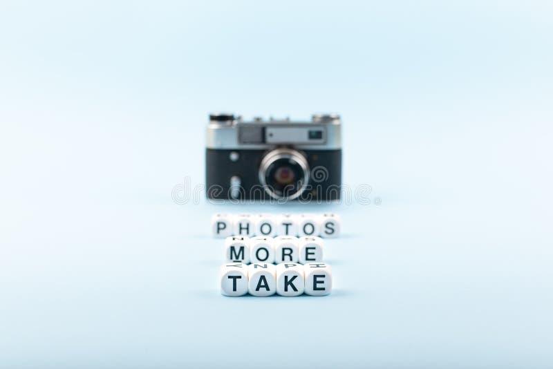Tome más fotos mandan un SMS de los cubos blancos y de la cámara vieja de la película en el fondo en un fondo azul Escuela de la  foto de archivo