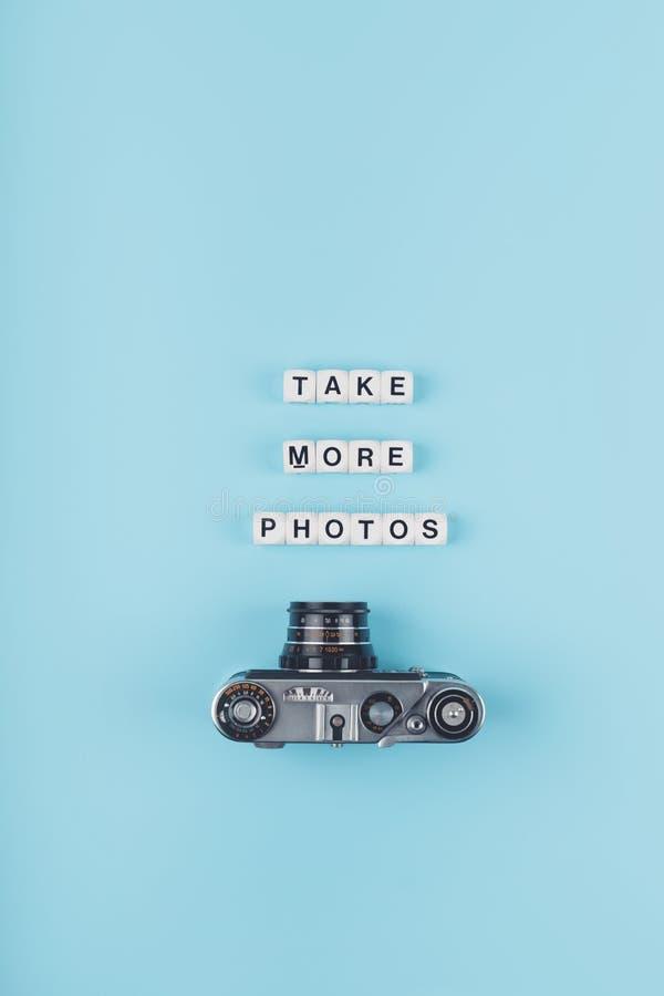 Tome más fotos mandan un SMS de los cubos blancos y de la cámara vieja de la película en el fondo en un fondo azul Escuela de la  fotos de archivo
