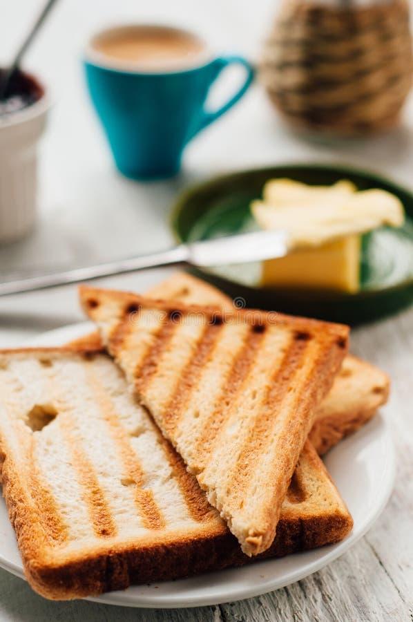 Tome o café da manhã com café, brindes, manteiga e doce imagem de stock royalty free