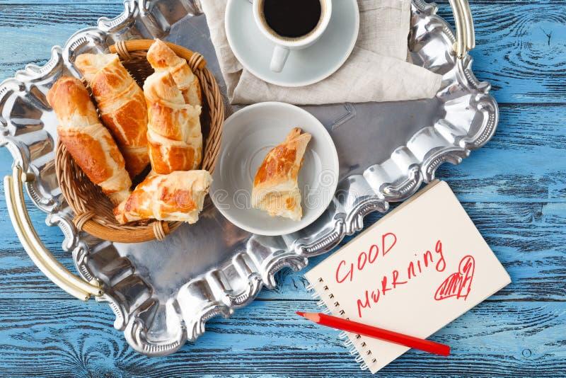 Tome o café da manhã com chá e croissant, bom dia das notas na tabela imagens de stock