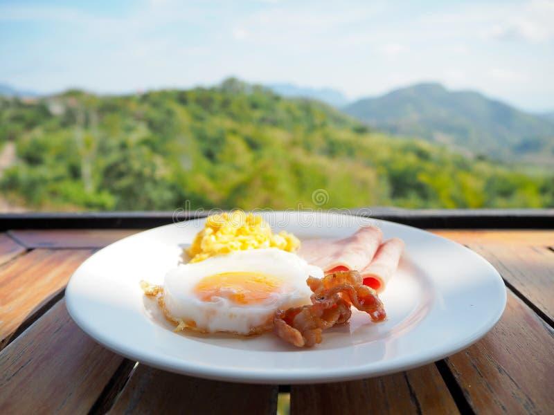 Tome o café da manhã com ovo frito, bacon do presunto e ovo mexido imagens de stock royalty free