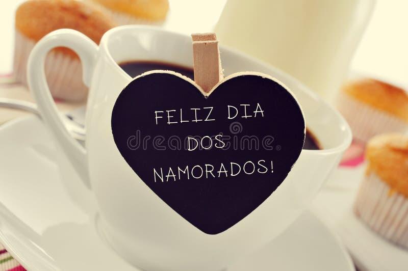 Tome o café da manhã e text Feliz Dia Dos Namorados, no português, para t foto de stock royalty free