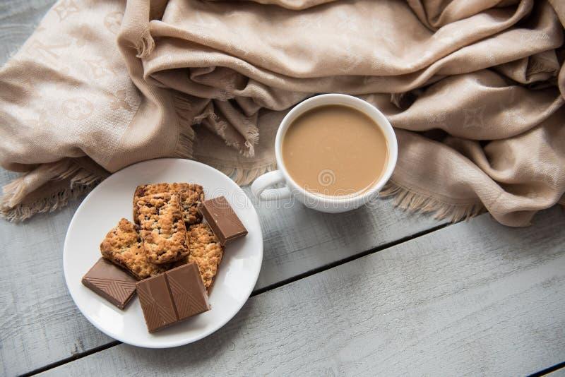 Tome o café da manhã no café com copo e lenço de café na tabela fotos de stock