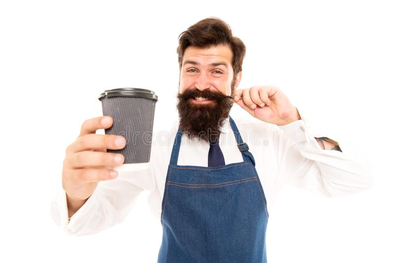 Tome o copo do café fresco para ir Copo de café farpado do papel da posse do homem Barista maduro no avental isolado no branco Ro fotos de stock royalty free