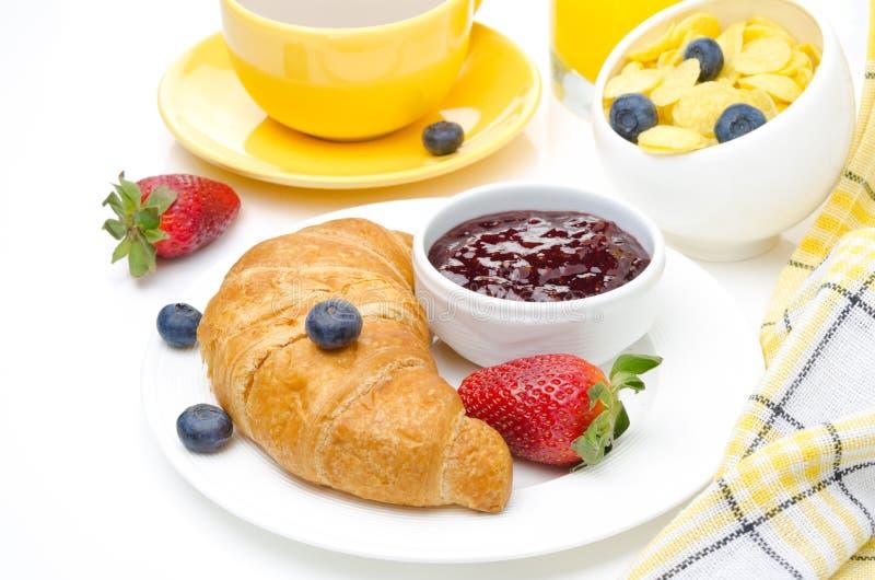 Tome o pequeno almoço com croissant, doce, as bagas frescas e o café imagem de stock