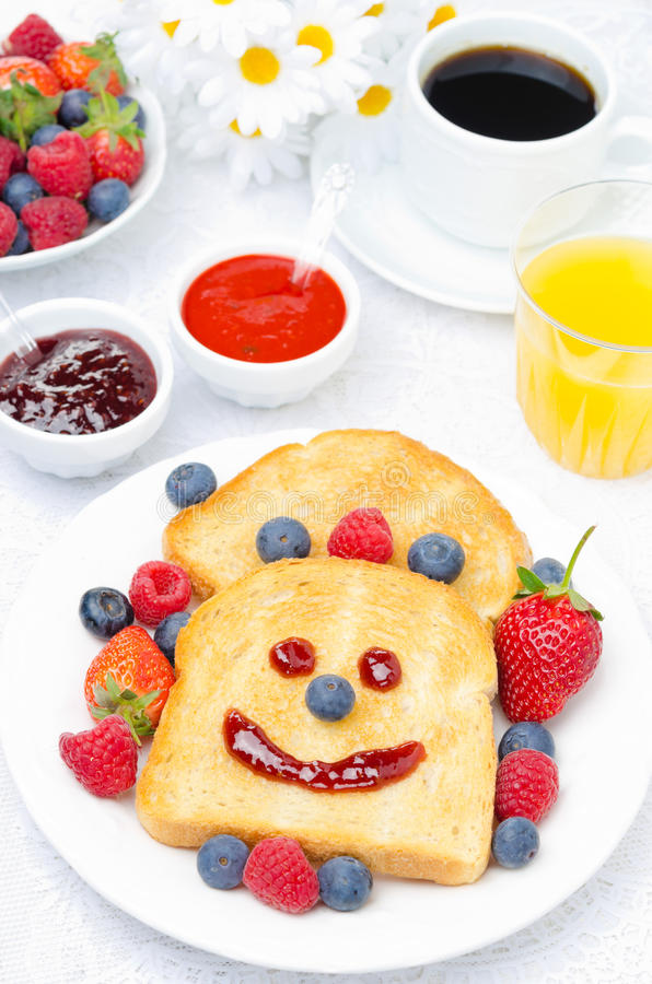 Tome o pequeno almoço com um brinde de sorriso, bagas frescas, doces, suco, café fotografia de stock