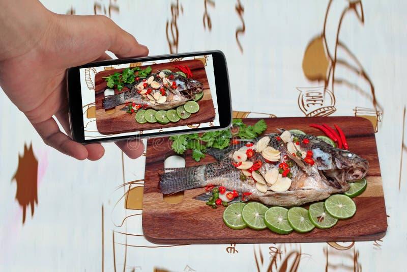 Tome os peixes do Tilapia da foto fluídos com o limão à parte foto de stock royalty free