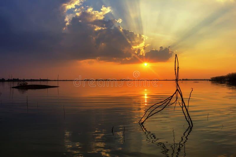 Tome a por do sol da paisagem da foto a superfície reflexiva fotografia de stock royalty free