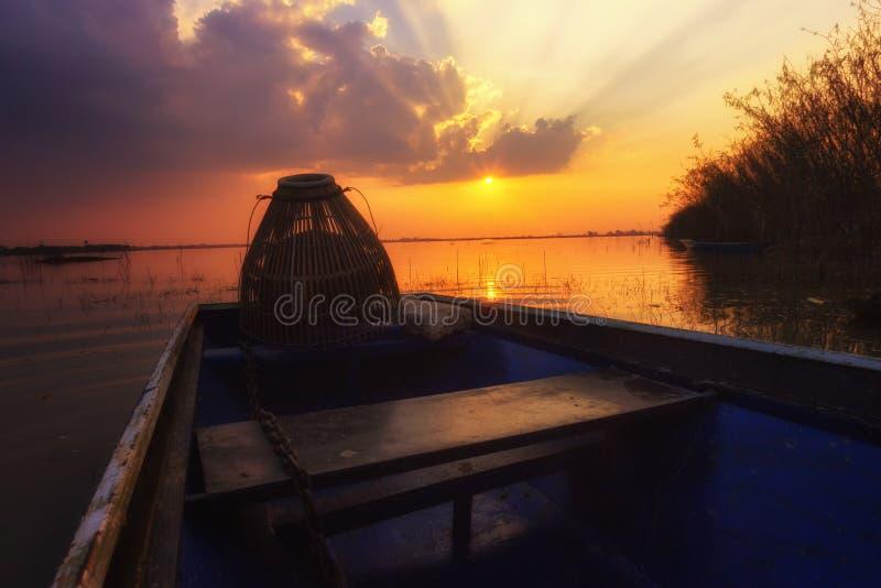 Tome a por do sol da paisagem da foto a superfície reflexiva fotografia de stock