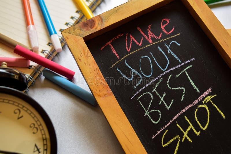 Tome su mejor tiro en manuscrito colorido de la frase en la pizarra, el despertador con la motivación y conceptos de la educación fotos de archivo