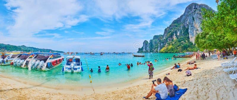Tome um resto em Phi Phi Don Island, Krabi, Tailândia foto de stock royalty free