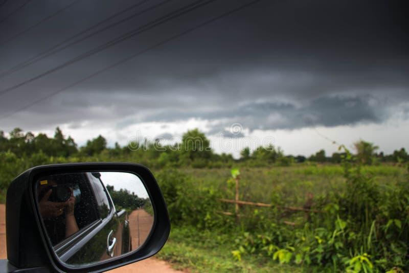 Tome uma imagem de uma tempestade no carro fotos de stock
