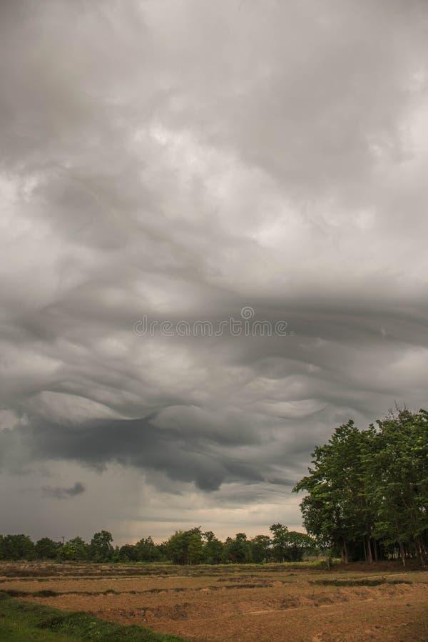 Tome una imagen de una tormenta en el coche imagen de archivo libre de regalías