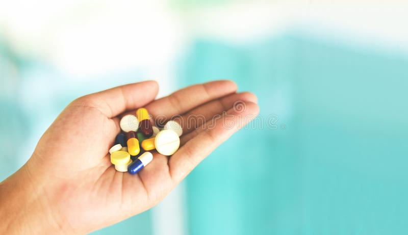 Tome uns cuidados médicos da medicina e um conceito da overdose dos povos - muitos multi comprimidos das cores mulher disponivel fotografia de stock royalty free