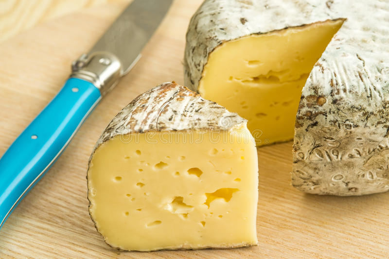 Tomette des Alpes, τυρί της Γαλλίας στοκ φωτογραφία
