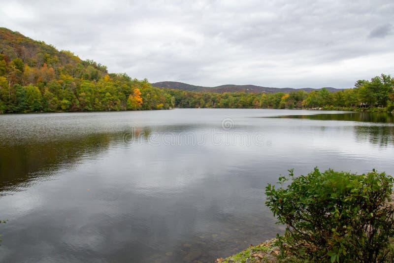 Tomkins Cove, NY / Stati Uniti - PTOM , 2019: Sceneggiatura del lago Hessian al parco statale della montagna dell'Orso immagini stock libere da diritti