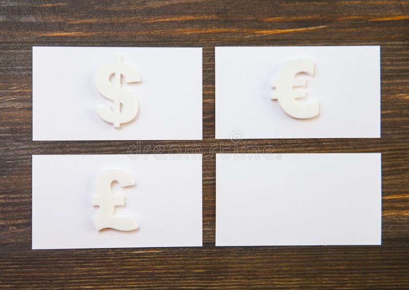 Tomma affärskort och symboler av olika valutor royaltyfri bild