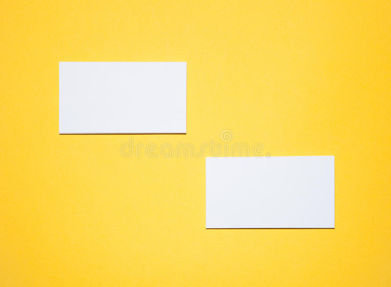 Tomma affärskort på gul bakgrund royaltyfri bild